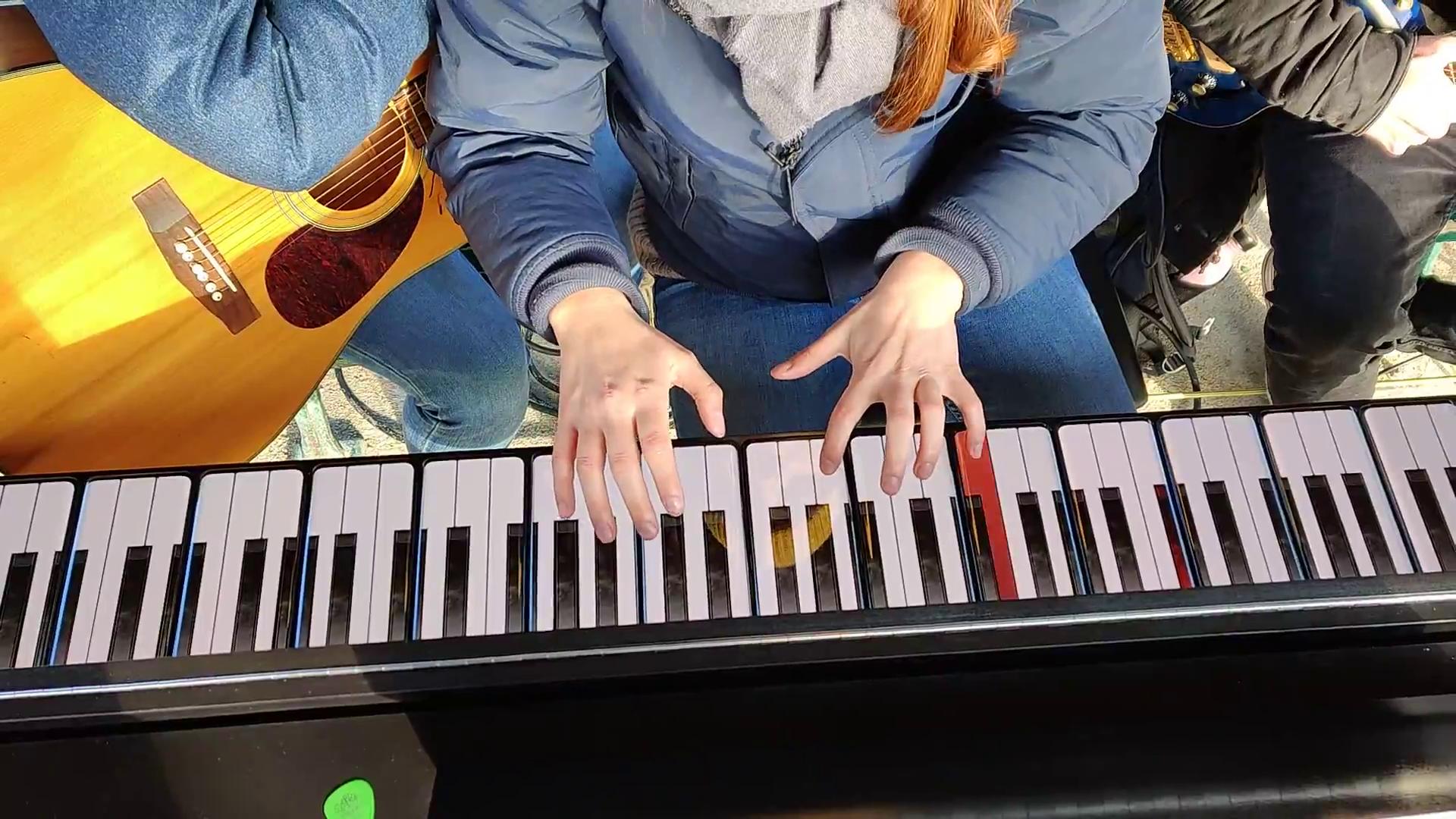 Lou Howard, pianiste, joue la sonnerie OnePlus sur le OnePlus Piano